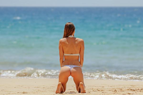 海に向かう女性