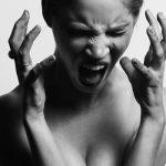 痛くて叫ぶ女性