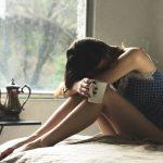 痛みに耐える女性