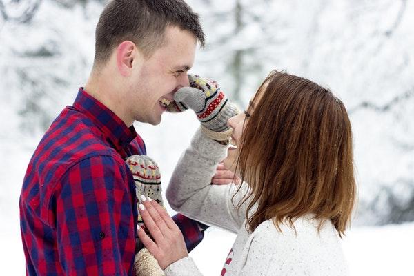 彼氏の鼻をつまむ女性