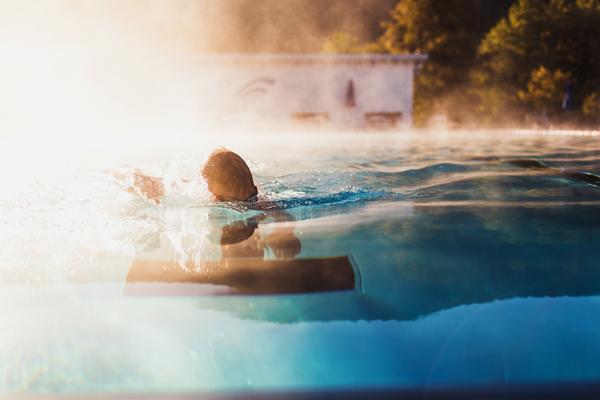 温泉につかる女性