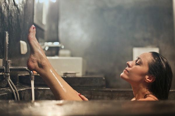 湯船につかる女性