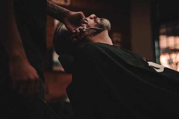 髭剃りする男性