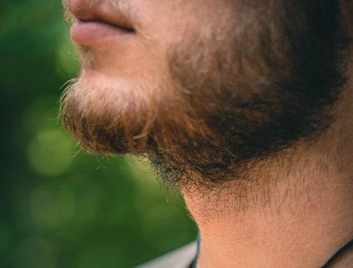 あごひげのある男性