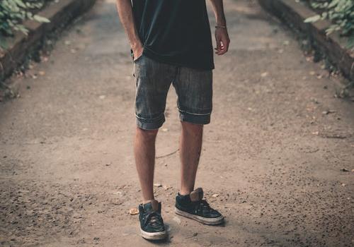 ショートパンツの男性