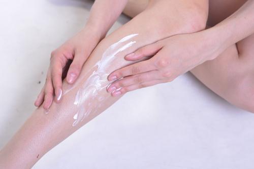 足にクリームを塗る