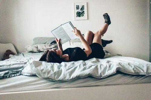 ベッドに寝そべる女性