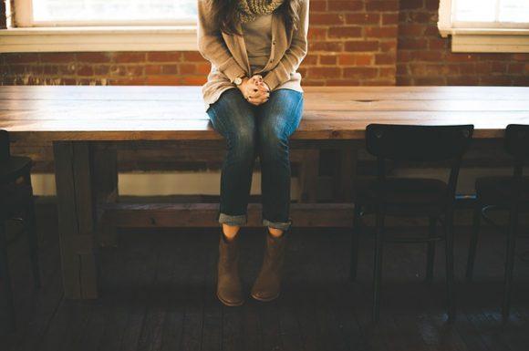 座っている女の子