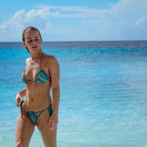 海辺のビキニの女性