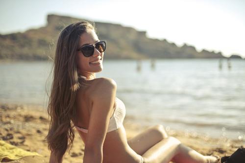 ビーチでほほ笑む女性