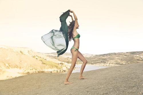 砂浜でビキニの女性